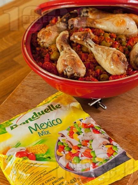 Печени пилешки бутчета с кускус, ориз, чери домати, маслини и зеленчуци в тажин на фурна - снимка на рецептата